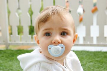 baby mit schnüller