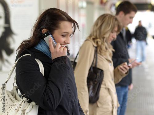 canvas print picture Junge Leute /Jugendliche telefonieren, schicken SMS mit dem Hand