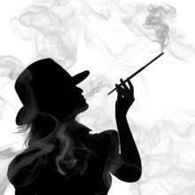 Sylwetka kobiety palenia na białym tle