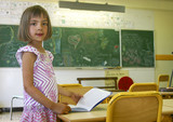 fillette debout en classe 1 poster