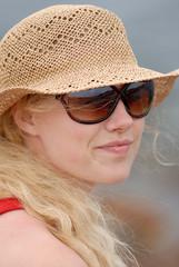 Junge Frau mit Hut und Sonnenbrille