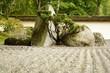 jardin d'agrément composé de pierres et de bonsaÏs