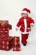 Kind als Weihnachtsmann mit Geschenken zu Weihnachten