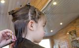 fillette au salon de coiffure 4 poster
