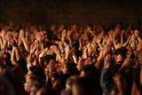 foule fan spectateur concert musique main bras applaudir poster