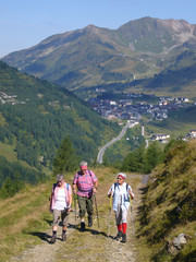 Pensionisten beim Wandern