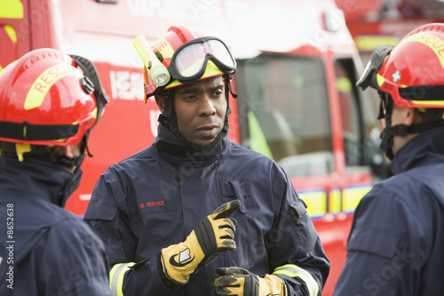 A firefighter giving instructions to his team - 8652638