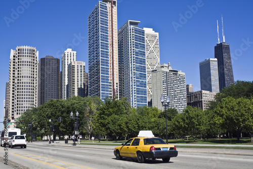zolte-taksowki-w-centrum-chicago