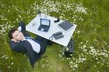 Fototapety Büro im Grünen, Manager am Schreibtisch, Blick in die Kamera