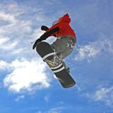 Snowboarder wysoko w powietrzu