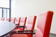 Sessel an einem Konferenztisch