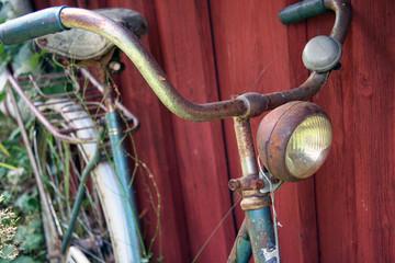 Altes Fahrrad, an Schuppen abgestellt (Schweden)
