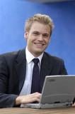 Businessmann mit Laptop