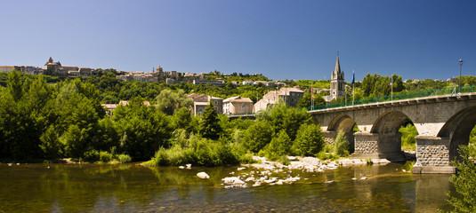 Vieux pont et cours d'eau en Ardèche