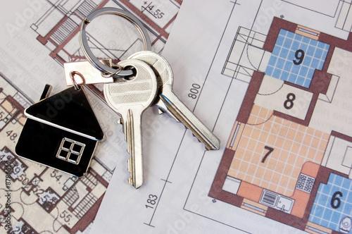 Leinwanddruck Bild Keys with home on blueprints
