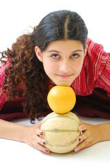 Jeune fille tenant un melon et un pamplemousse