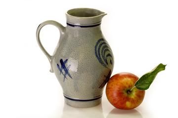 Apfelweinkrug mit frischem Apfel auf hellem Hintergrund
