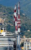 nave da crociera in cantiere navale con gru poster