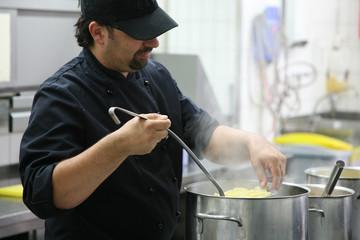 Koch beim kochen