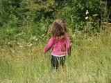 fillette dans les hautes herbes