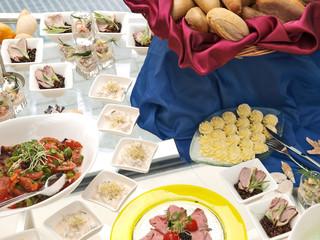 festtags büffet, vorspeisen, fleisch, fisch und meeresfrüchte