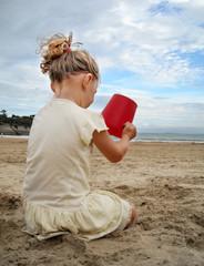 fillette jouant sur la plage