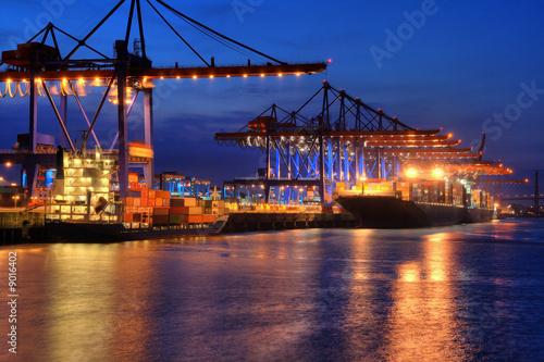 Containerschiffe nachts im hafen