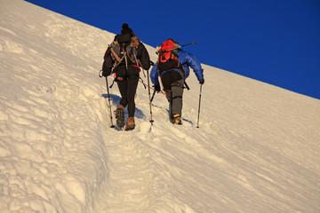 Alpinistes au lever du soleil