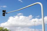 Feu de circulation dans le ciel bleu. poster