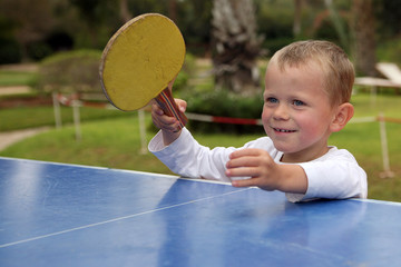 Enfant jouant au ping-pong #3