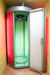 Vertical solarium for artificial sunburn of a skin