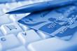 Tarjeta de crédito sobre un teclado