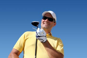 Golfspieler, wolkenloser blauer Himmel