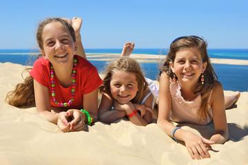 Trois enfant  heureux et souriant sur la plage