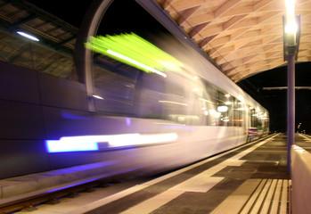 Straßenbahn beim Einfahren in Kasseler Haltestelle