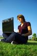 ragazza con notebook-portatile sull'erba - prato, parco