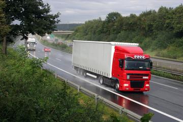 LKW auf dreispuriger Autobahn (A7 bei Kassel)