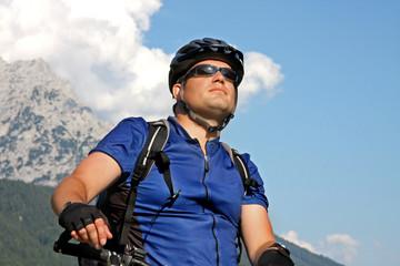 Mountainbiker mit Berg im Hintergrund