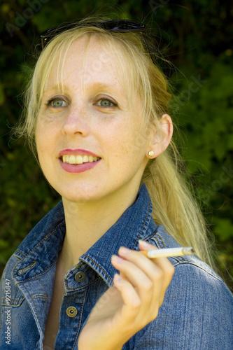 h bsche blonde frau beim rauchen von bilder prinz lizenzfreies foto 9215847 auf. Black Bedroom Furniture Sets. Home Design Ideas
