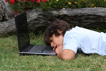 enfant endormi sur son ordinateur portable