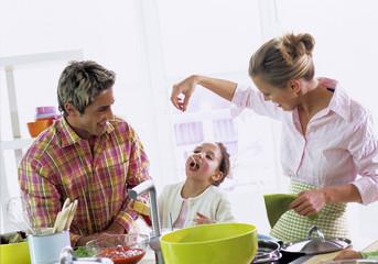 Eltern mit Tochter in der Küche