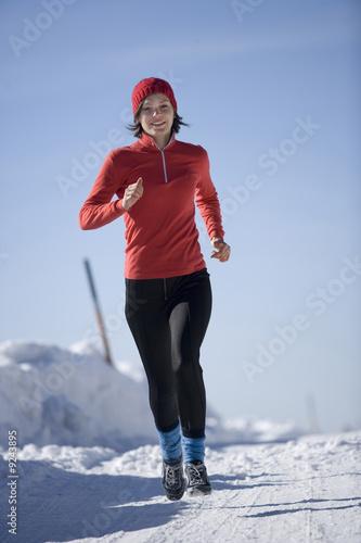 Frau jung Joggen im Schnee