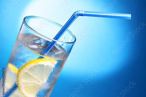 Напиток со льдом и лимоном.