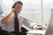 Geschäftsmann im Büro, telefonieren