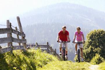 Junges Paar fahren Mountainbike Berge