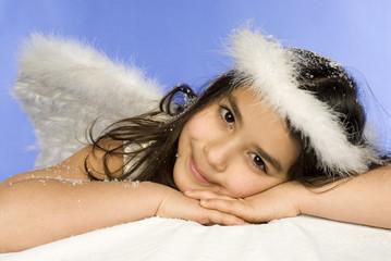 Mädchen verkleidet als Engel, Portrait