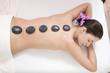 Frau jung bekommen Massage mit heißen Steinen,
