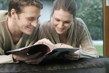 Junges Paar Durchblättern einer Zeitschrift