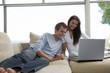 Paar sitzen auf der Couch, mit Laptop
