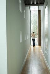 Frau rücken in einer Halle